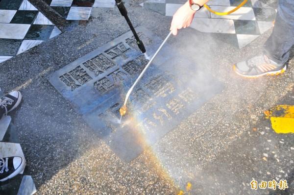 東華大學同伴社學生的「婚姻平權洗地活動」,利用高壓水柱清洗鏤空刻字鋼板下的地面,洗出婚姻平權、拒絕專法的乾淨地面,代表掃除歧視。(記者花孟璟攝)