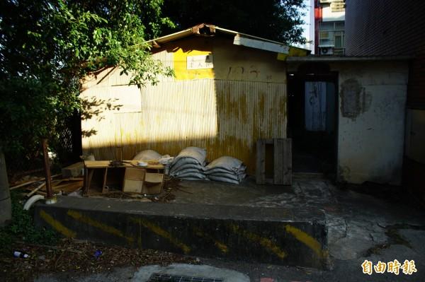 龍井區遠東街有一處廢棄棚屋,過去是老兵泡茶聊天的地方。(記者何宗翰攝)