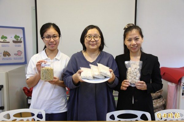 屏東科技大學研究生黃阡崧(左)與六堆釀興業公司合作,利用國產黃豆與獨家技術製成天貝,並透過動物實驗證實天貝可以有效控制血糖,成果獲得研發專利。 (記者邱芷柔攝)