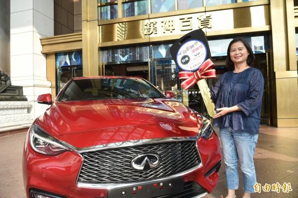陳小姐今年想買新車,卻意外抽中高雄漢神百貨周年慶最大獎價值139萬名車。(記者張忠義攝)
