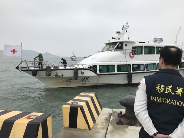 移民署人員於馬祖福澳港等待中方「安麒輪」進港,執行兩岸人民遣接返任務。(記者王冠仁翻攝)