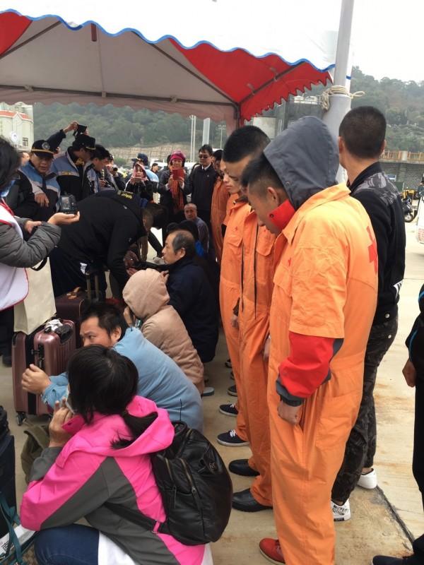 10名中國籍偷渡犯於馬祖福澳港碼頭等待遣返。(記者王冠仁翻攝)