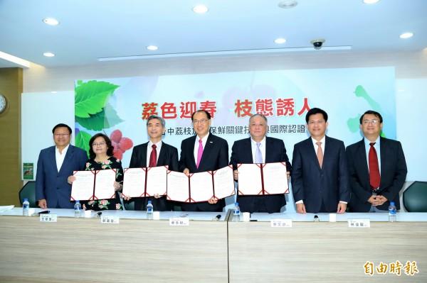 在市長林佳龍(右二)見證下,中興大學校長薛富盛(左三)、上銀科技董事長卓永財(左四)、太平區農會總幹事余文欽(左五)完成簽約。(記者張菁雅攝)