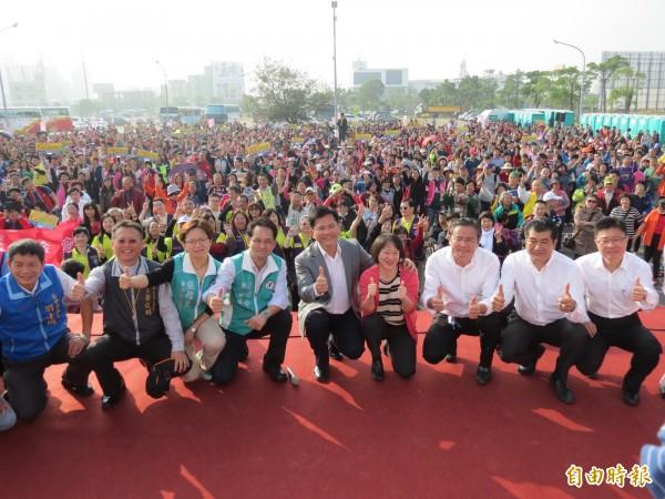 「真愛無礙,真情之旅」今天舉辦,二千三百多位身障者及家屬出遊,市長林佳龍(右五)與夫人廖婉如(右四)前往歡送(記者蘇金鳳攝)