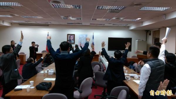 國民黨立委高舉雙手投票,熱情支持國民黨立委林為洲擔任下屆首席副書記長。(記者陳鈺馥攝)