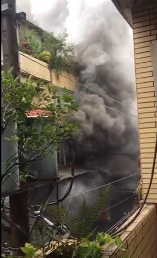 新北市新莊某車床工廠今發生大火,釀1死4傷。(記者王宣晴翻攝)