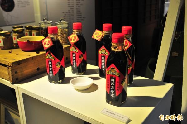 花蓮縣曾有多達20家醬油工廠,現在剩下新味醬油1家,生產的「虎標」醬油為傳統手工釀造,在食安風暴的年代特別顯出老店堅持傳統的珍貴,近年還加入海洋深層水走養生路線。(記者花孟璟攝)
