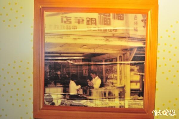 花蓮鋼筆老店「福福鋼筆店」,店內替客人修理鋼筆的賴義山(右),從少年做到白頭,堅持60年不改。(記者花孟璟翻攝)