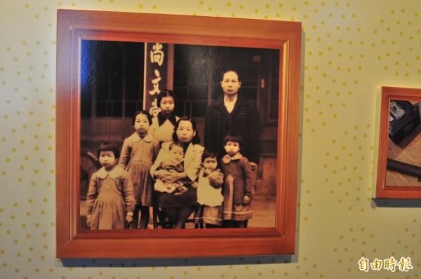 成立於日本大正14年的老店,花蓮「尚文堂裱褙店」已經92歲,照片歷史超過50年。(記者花孟璟攝)