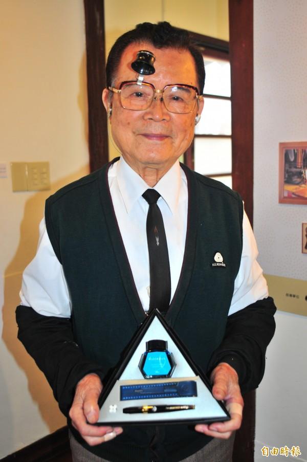 花蓮老店「福福鋼筆店」86歲店主賴義山,穿著深色背心、白襯衫還打領帶,非常「尖頭鰻」的鋼筆爺爺,擁有「雙面鋼筆」的六國專利。(記者花孟璟攝)