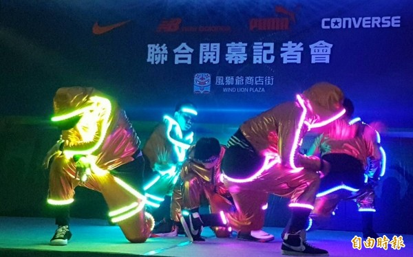 充滿動感、活力的舞蹈為金門台開風獅爺商店街四大運動品牌專賣店開幕,帶來一波波高潮。(記者吳正庭攝)