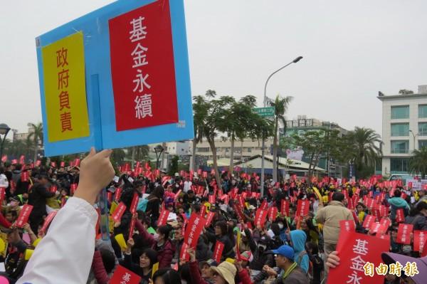 台南教師團體在台南市政府前舉行「年金永續、政府負責」年金改革大遊行。(記者蔡文居攝)