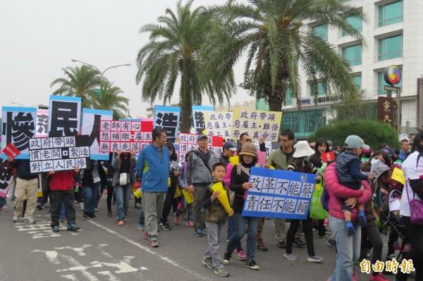 年金改革大遊行,參與的教師攜家帶眷一起參加遊行。(記者蔡文居攝)