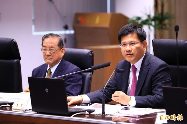 外界質疑軌道建設是錢坑?市長林佳龍(右)批評交通決策官員「從台北看天下」。(記者黃鐘山攝)