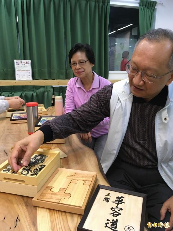 工程顧問吳榮鴻(右)和妻子王玉良(左)共同參加信誼基金會推的木作課程,吳榮鴻表示,拓印過程很磨耐心和細心,但在完成作品之後,非常有成就感。(記者林曉雲攝)