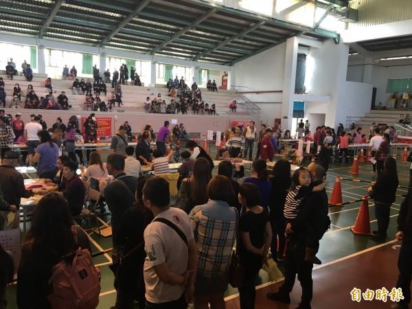 潮州春節市集今天舉行攤位抽籤。(記者邱芷柔攝)