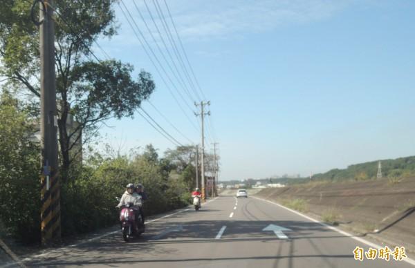 新竹縣竹北市沿河街自16日中午起,改為單行道試辦3個月,今天卻仍屢見汽、機車,不顧告示逆向行駛,驚險景象令人捏一把冷汗。(記者廖雪茹攝)