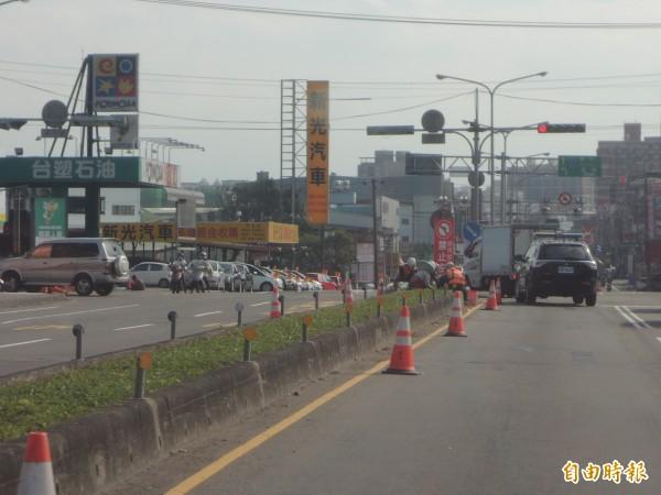 新竹縣府明明在沿河街路口豎立告示,提醒駕駛不可左轉,但許多駕駛人對告示牌視而不見,左轉如故。(記者廖雪茹攝)