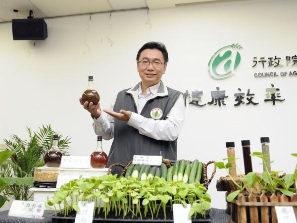 農委會台中區農改場利用微生物發酵與分解技術,製成「甲殼素合劑」,有效防治白粉病,提高產量。(農委會提供)