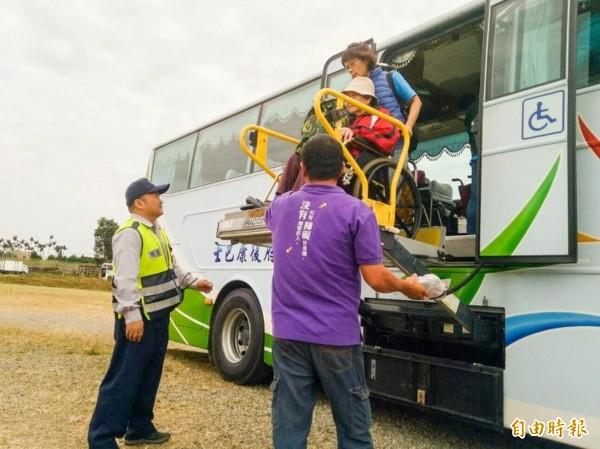 基於服務優先順序,復康巴士會先安排輪椅使用者的A級身障者搭乘。(記者黃鐘山攝)
