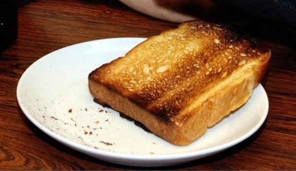 英國食品標準局(FSA)發出警告,吐司、薯條和馬鈴薯等澱粉類食物,最好烹飪至金黃色即可,若外觀變成黑褐色,恐會增加致癌風險。(法新社)