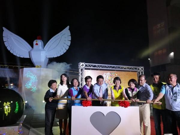 屏東綵燈節新春登場,今晚由縣長潘孟安(左五)等人點燈。(圖由縣府提供)
