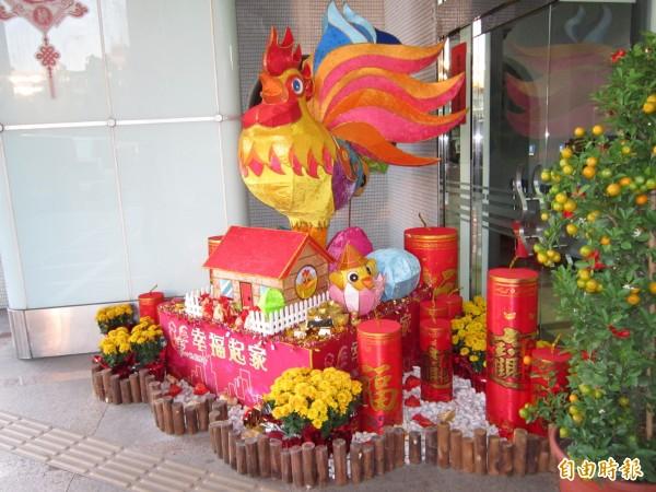 今年桃園主燈以金雞為造型,市府門前展示縮小版的主燈造型。(記者謝武雄攝)