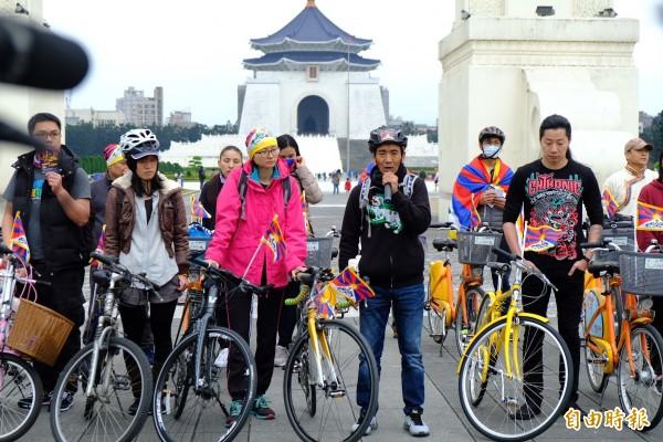 「為西藏自由而騎」,發起人台藏人福利協會會長扎西慈仁說,希望藉著騎單車方式,提醒世人西藏爭自由的努力,要循環永不止息(Cycling)!(記者陳炳宏攝)