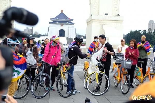 今天巧逢林昶佐生日,札西慈仁代表全體西藏人贈送一條白色哈達(Khata)表示感謝、祝福之意。(記者陳炳宏攝)