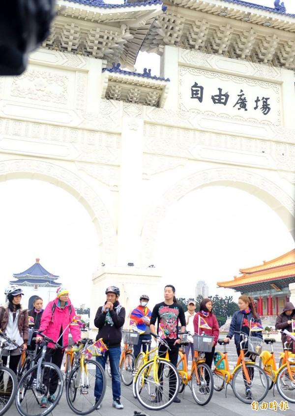 為西藏自由而騎,今天早上由228公園出發,首站到達自由廣場。(記者陳炳宏攝)