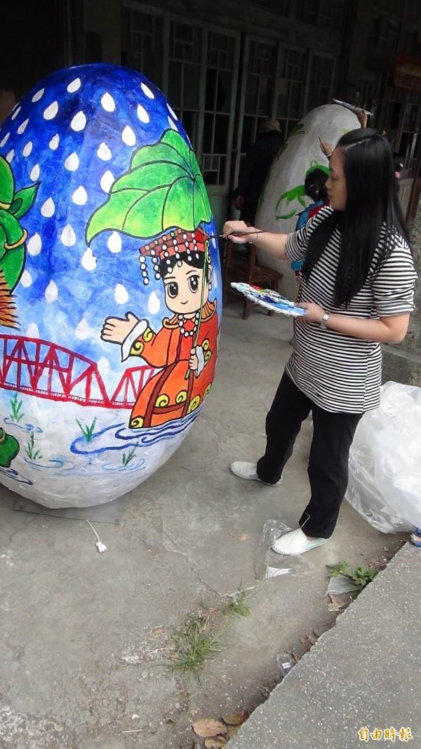 台灣燈會主燈「鳳凰來儀」下了30顆巨蛋,現由藝術家彩繪趕工中。(記者黃淑莉攝)