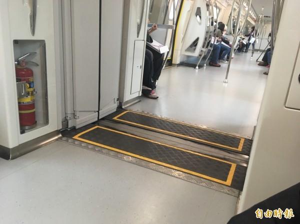 回程搭乘普通車的過程有乘客反應,車廂連接的接縫處,摩擦聲音很大。(記者林彥彤攝)