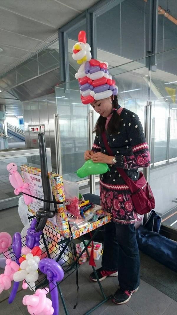 街頭藝人劉雅萍在機捷站表演製作造型氣球。(桃捷公司提供)