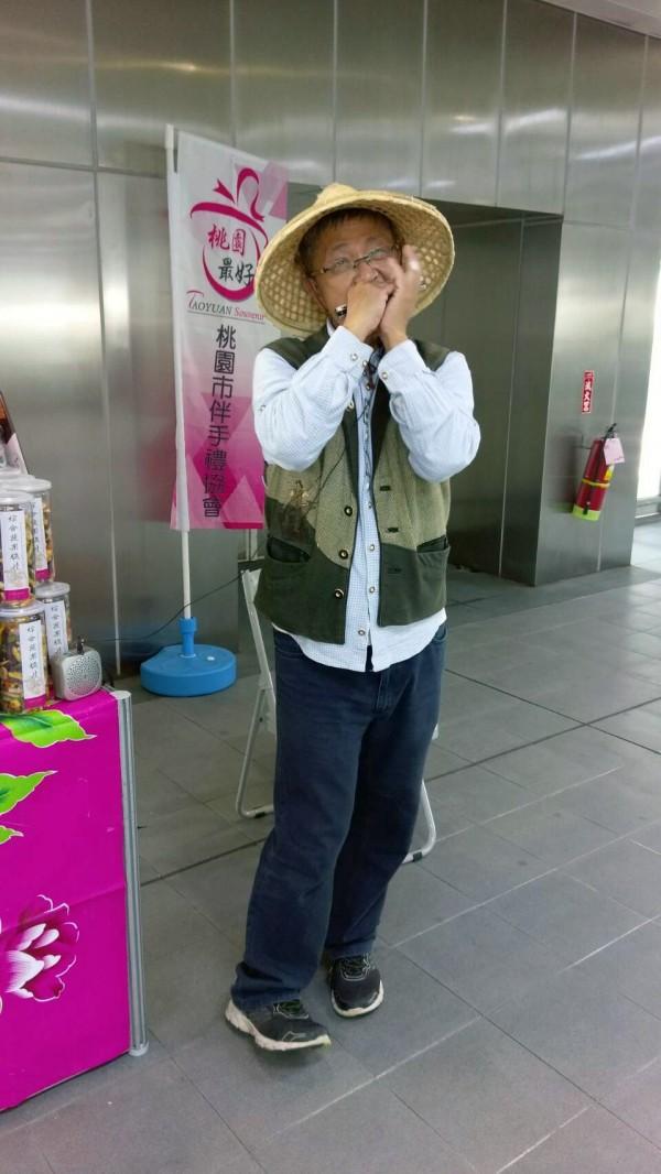 街頭藝人宋智達在機捷表演口琴。(桃捷公司提供)