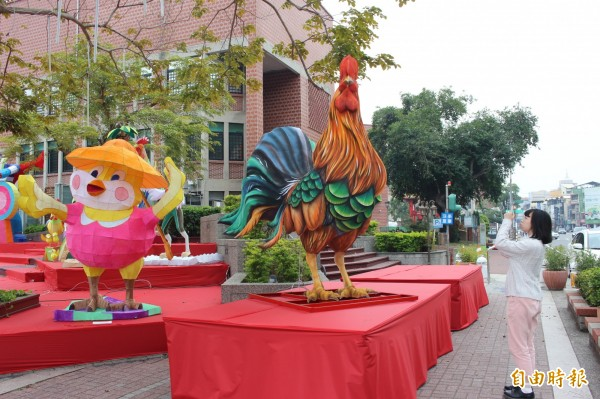 今年是雞年,彰化燈會花燈少不了雞造型的花燈。(記者張聰秋攝)
