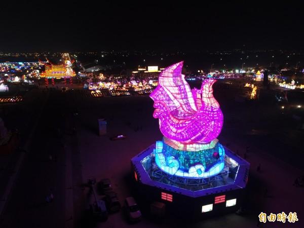 主燈「有鳳來儀」高度達23公尺,以超過1萬9000組燈光組成,任何角度都可欣賞到主燈的魔幻美景。(記者廖淑玲攝)