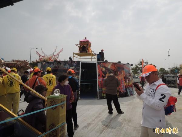 白沙屯媽祖安座在6米高的坐台,庇護萬民,國泰民安。(記者廖淑玲攝)
