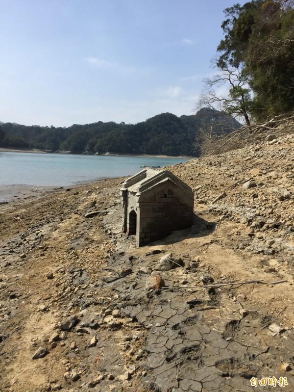 石門水庫渴了… 阿姆坪這座土地公廟重現天日。(記者李容萍攝)