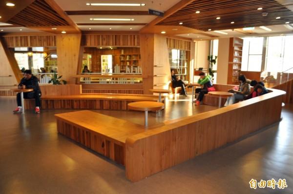 龍岡圖書分館是網紅「此生必訪、全台最美圖書館」,不論進館人次、借書率都在市圖名列前茅。(記者李容萍攝)