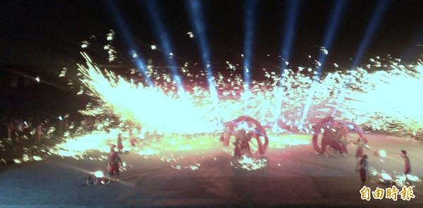 「銅梁火龍」團隊,在煙霧與火光交織中,舞出的火龍,視覺效果十足,令人震撼。(記者謝介裕攝)