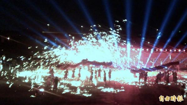 「銅梁火龍」團隊,在煙霧與火光交織中,舞出的火龍,視覺效果十足。(記者謝介裕攝)