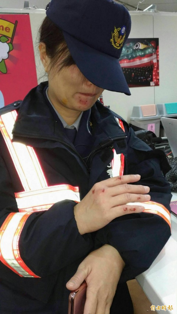 有女警在維持秩序驅離抗議民眾時受傷。(記者廖淑玲攝)