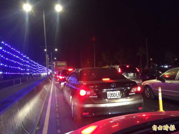 因人車太多,晚間10點半虎尾所有聯外道路仍大塞車。(記者廖淑玲攝)