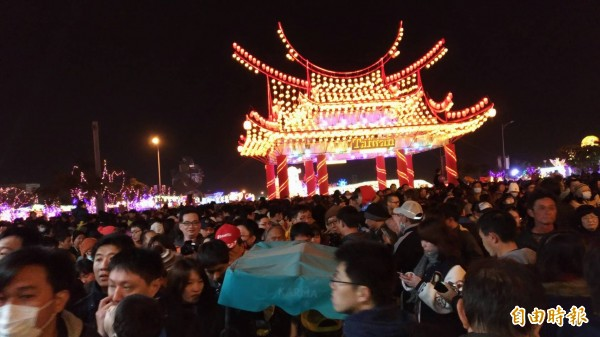 因人潮太過擁擠,台灣燈會退場時全擠在迎賓門。(記者廖淑玲攝)