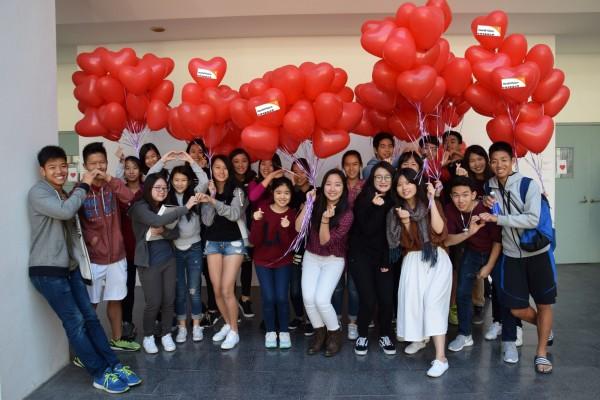 美國學校學生義賣氣球捐助展望會。(記者洪定宏翻攝)