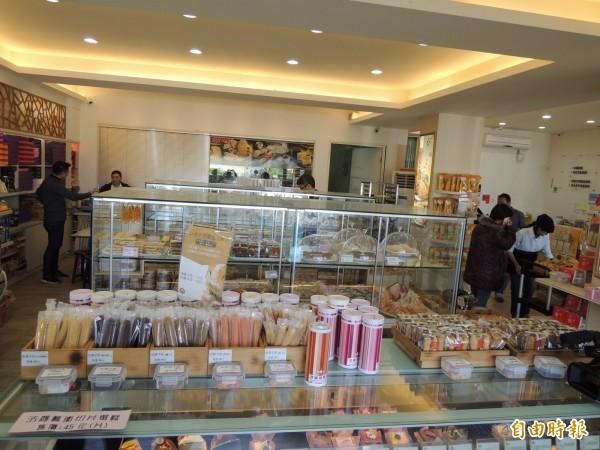 遊客13日晚間進店消費。(記者江志雄攝)