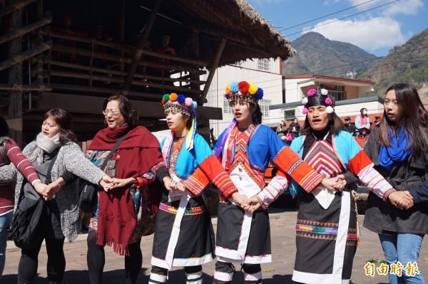 族中女性在慢版戰歌階段加入繞圈歌舞,遊客隨後加入,族人一邊歌舞、一邊分享小米酒,場面相當熱鬧。(記者曾迺強攝)
