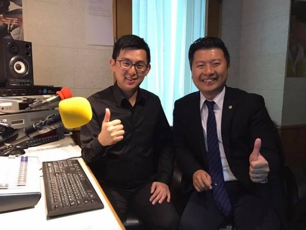 張志豪是民進進黨發言人,左為台中市新聞局長卓冠廷。(取自張志豪臉書)