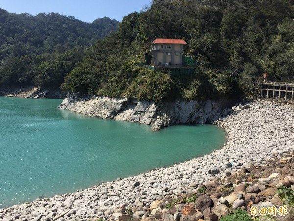 石門水庫蓄水量破6成,一階限水21日恐成真。(記者李容萍攝)