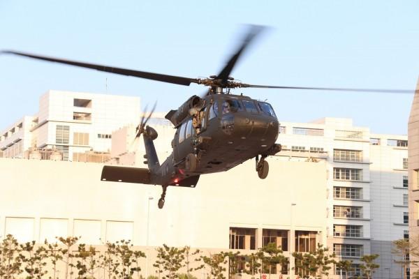 黑鷹直升機降落在國防部。(國防部提供)